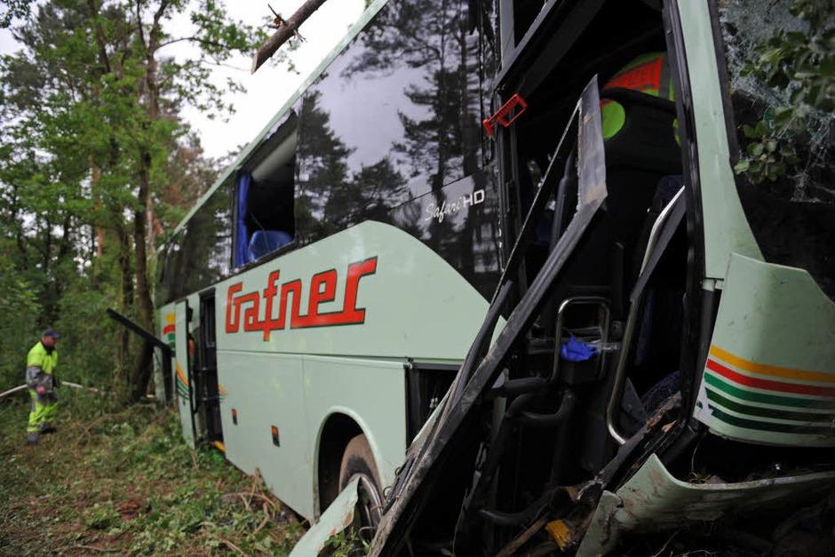 Busunglück auf der A 5 zwischen Freiburg und Basel: Ein Reisebus aus der Schweiz kam von der Autobahn ab und fuhr in ein angrenzendes Waldstück. Die Rettungskräfte aus dem südlichen Breisgau waren im Großeinsatz. (Foto: dpa)