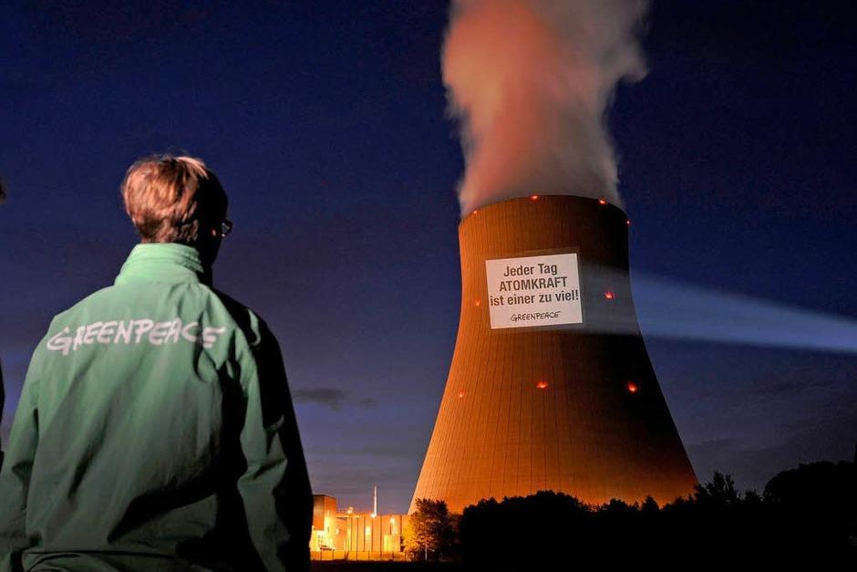 Greenpeace-Projektion am AKW Niederaichbach in Bayern (Foto: dpa)