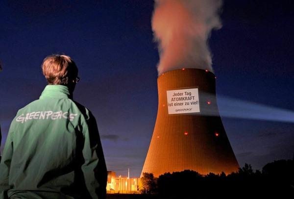 Greenpeace-Projektion am AKW Niederaichbach in Bayern