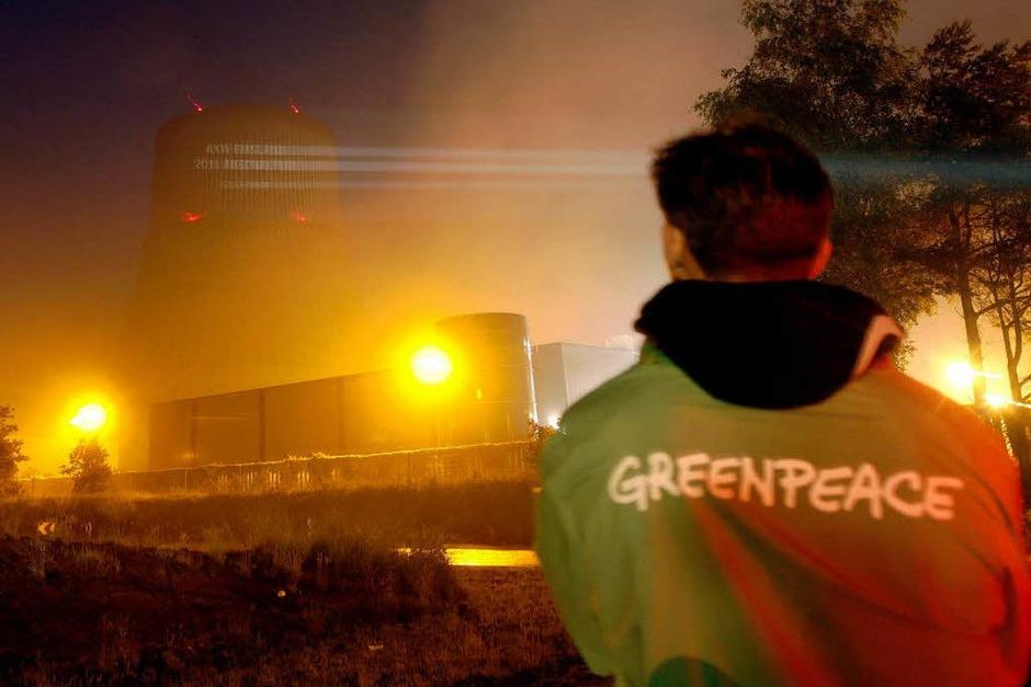 Greenpeace-Aktivisten projizieren das geforderte Abschaltdatum an den Kühlturm des AKW Emsland (Foto: dapd)