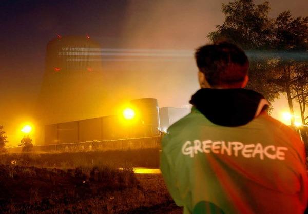 Greenpeace-Aktivisten projizieren das geforderte Abschaltdatum an den Kühlturm des AKW Emsland
