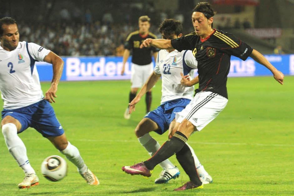 Mesut Özil schießt das 0:1 (Foto: dpa)