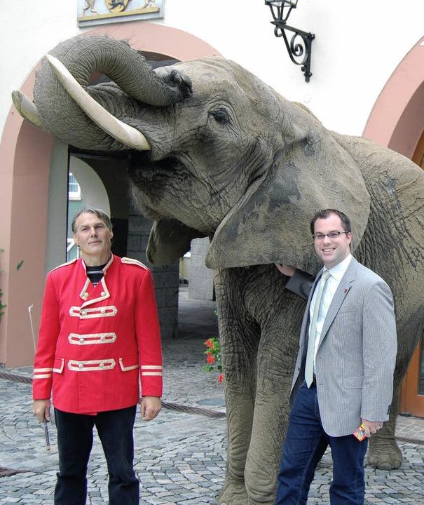 Auch Bürgermeister Ulrich Krieger  war...rkus Luna durch Laufenburg spazierte.   | Foto: Melanie Dramac