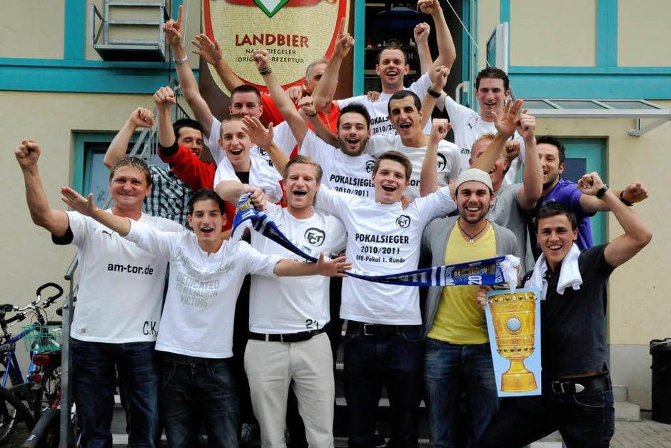 Die Mannschaft des FC Teningen greift nach dem großen Cup und freut sich, den Titelverteidiger FC Schalke 04 empfangen zu dürfen. (Foto: Markus Zimmermann)