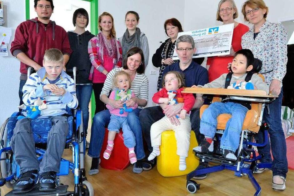 Für die Janusz-Korczak-Schule für geistig behinderte Menschen gab es  5000 Euro, dank den Artistinnen vom Circus Harlekin. (Foto: Michael Bamberger)