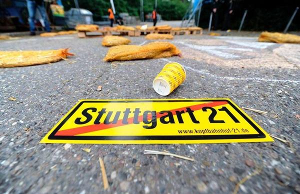 Stuttgart-21-Gegner st�rmen Baustelle