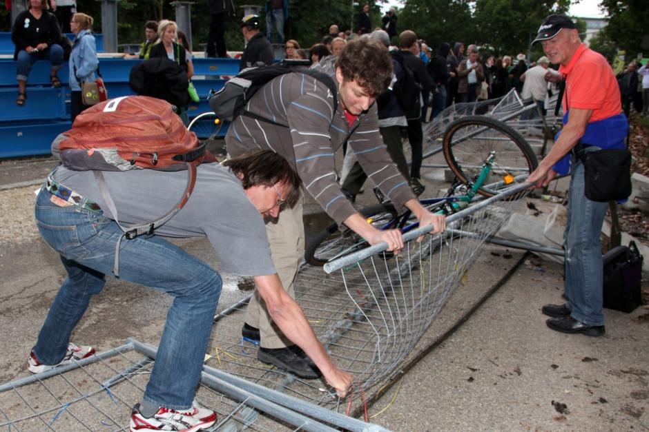 Stuttgart-21-Gegner stürmen Baustelle (Foto: dapd)