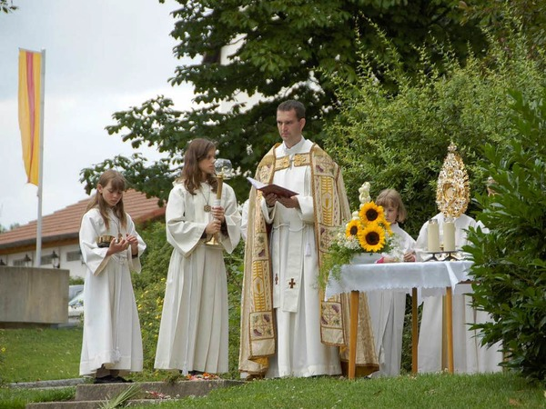Begleitet von Kirchenchor und Musikverein feierte die Seelsorgeeinheit Dinkelberg Fronleichnam mit einer Prozession