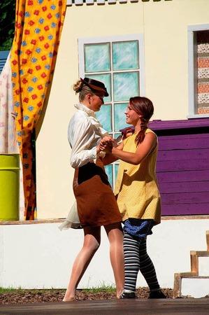 Pippi Langstrumpf reißt sie alle mit - hier sogar die würdige Frau Prysselius (Annabelle Völker) vom Waisenrat!