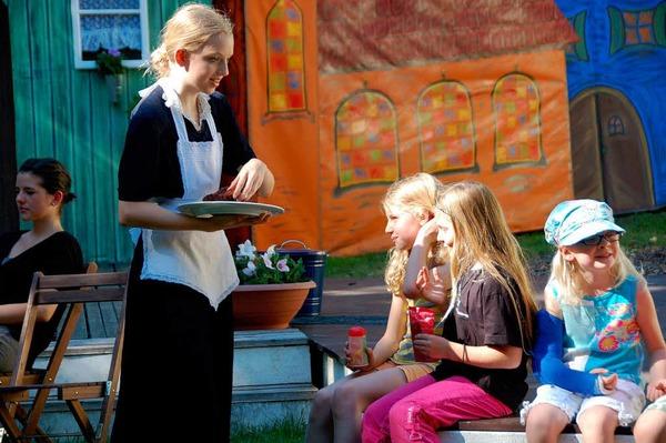 Da staunen die kleinen Besucher (Hausmädchen: Karin Seyfarth)