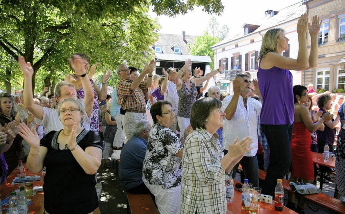 Da hielt es die Schlagerfans nicht meh...en Ovationen feierten sie ihre Stars.   | Foto: Hans-Jürgen Hege