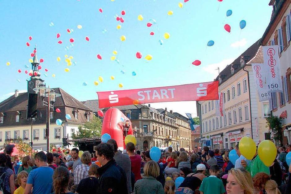 Vor dem Start der 200 Bambini im Alter bis sechs Jahre steigen Luftballons in den Farben der Stadt in den Himmel. (Foto: Marius Alexander)
