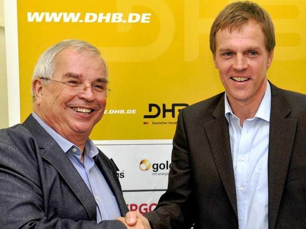 5. Juli 2011: Martin Heuberger wird vom DHB-Pr�sidenten Ulrich Strombach gratuliert.