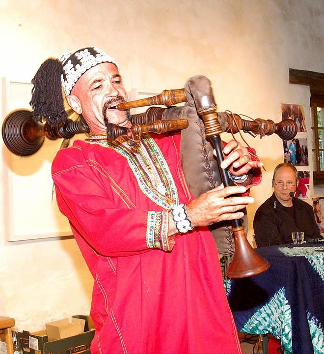 Thomas Gundermann mit seiner Sackpfeif...awa-Musiker und ihre  Geisterrituale.   | Foto: manfred frietsch