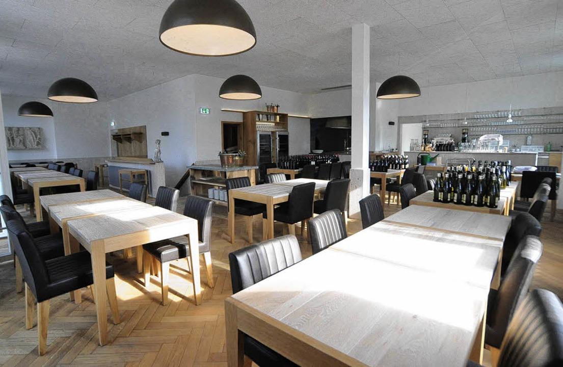Luftig und hell: der große Gastraum mit Blick zur die Küche   | Foto: Barbara Ruda