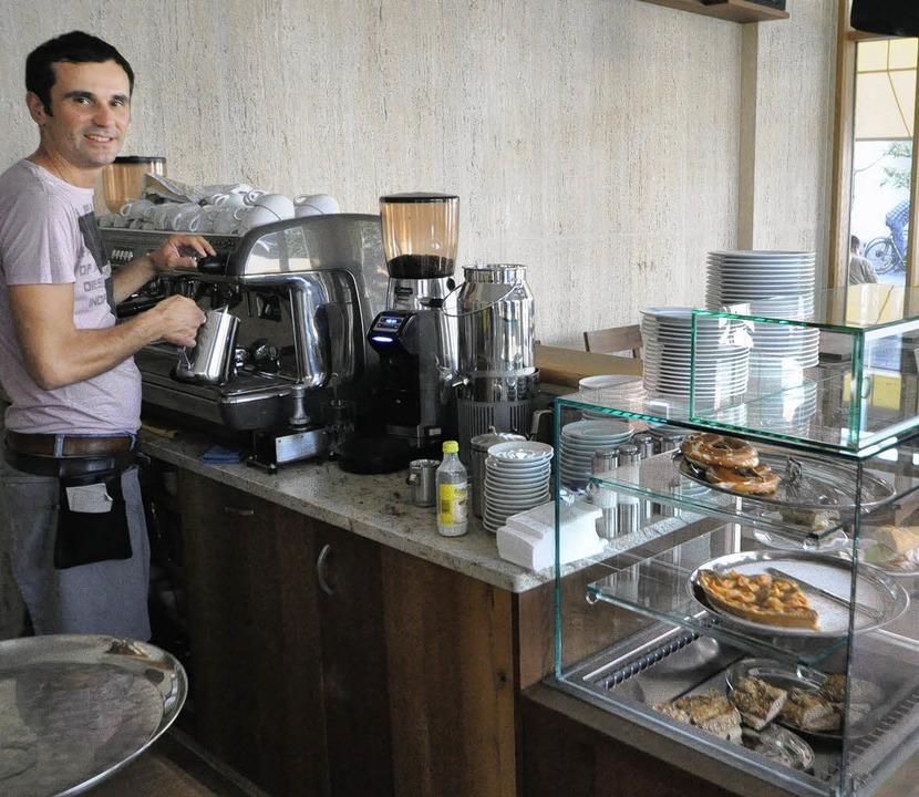 Driton Dizdari bewirtet die Gäste der  Drei-König-Bar mit Kaffee und Snacks.  | Foto: Barbara Ruda
