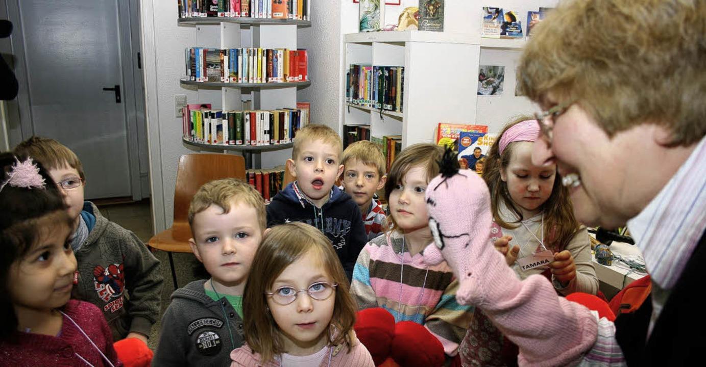 Die Kinder ans Buch und ans Lesen hera...s Carmen Karcher mit dem Maskottchen.   | Foto: theo weber