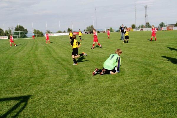 D-Jugendspiel: Zum Auftakt der Mettenberger Sporttage spielte die Spielgemeinschaft VfB Mettenberg/Grafenhausen gegen den FC Birkendorf. Die Gäste konnten das Spiel klar mit 13:0 Toren gewinnen.