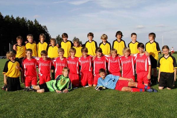 Mannschaftsfoto nach dem Spiel: FC Birkendorf (rotes Trickot) und VfB Mettenberg
