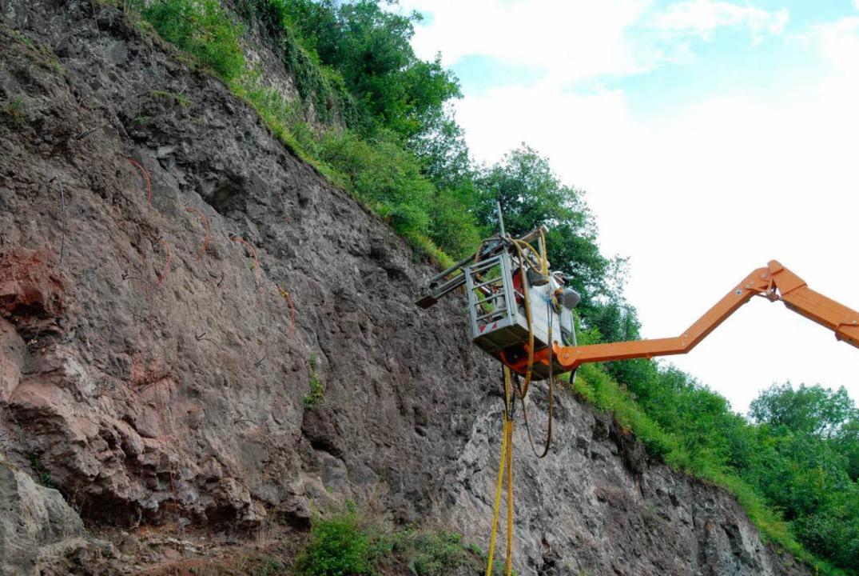 Die Felsmechaniker im Hubsteiger an de...es Limbergs am Rheinufer  bei Sasbach.  | Foto: Roland Vitt
