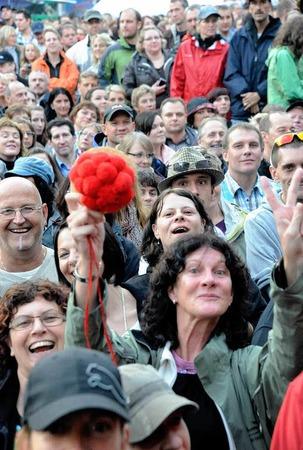 """Deutlich macht diese Konzertbesucherin dem """"Grafen"""" auf dem Emmendinger Schlossplatz - wir sind hier im Schwarzwald"""