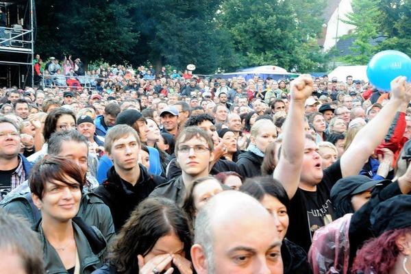 """Dicht gedrängt standen die Fans nicht nur in den ersten Reihen beim Konzert von """"Unheilig"""" auf dem Emmendinger Schlossplatz"""