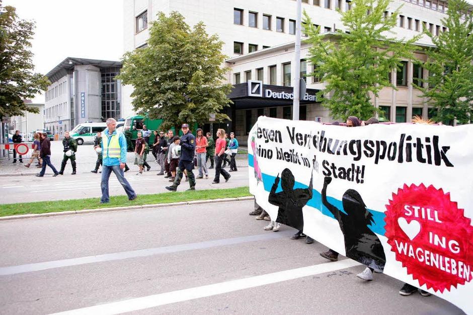 Etwa 150 Menschen demonstrieren friedlich gegen die nahende Räumung des Wagenkollektivs Kommando Rhino. (Foto: Janos Ruf)