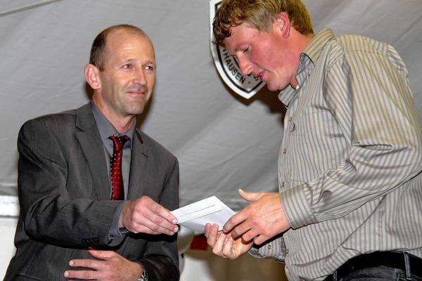 Schirmherr und Bürgermeister Christian Behringer überreichte eine Spende an den Vorsitzenden des SVG