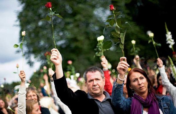 Zeichen der Trauer und der Unbeugsamkeit: Norwegen gedenkt der Opfer der beiden Terroranschläge