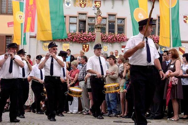 Ein farbenprächtiger Umzug war der Auftakt zum Markgräfler Weinfest in der Fauststadt.
