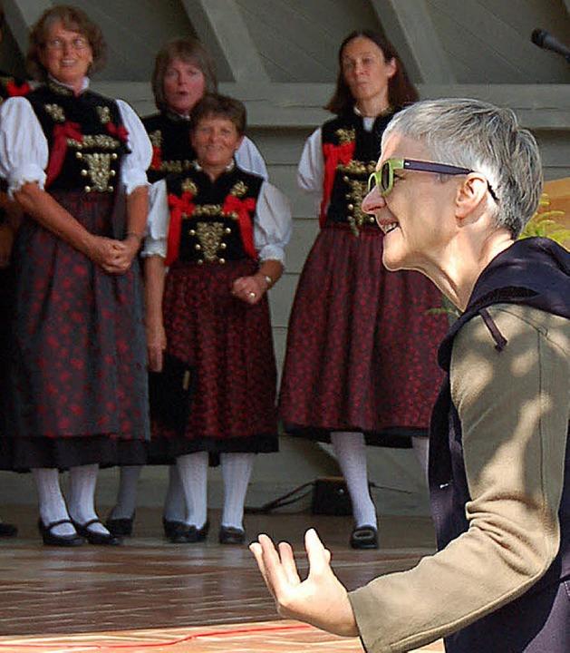 Karin Sander bedankte sich für das Lob...mponierten und dirigierten Musikstück.    Foto: Kathrin Blum