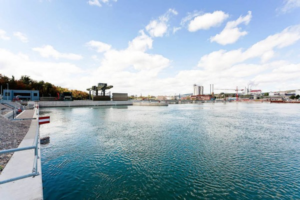 Der Rhein wird auf der einen Seite des Kraftwerks aufgestaut, damit das Wasser mit Wucht durch die Turbinen flie�en kann. Durch die Stauung ist der Wasserspiegel um 1,40 Meter gestiegen.