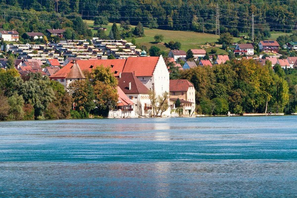 Durch die Stauung ist der Wasserspiegel des Rheins um 1,40 Meter gestiegen. Schloss Beuggen wurde deshalb f�r drei Millionen saniert. Die Keller wurden abgedichtet und mit speziellen Pumpen versehen, falls das Wasser  hineinflie�t.