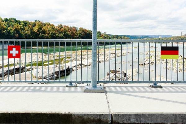 Die Landesgrenze mitten im Rhein