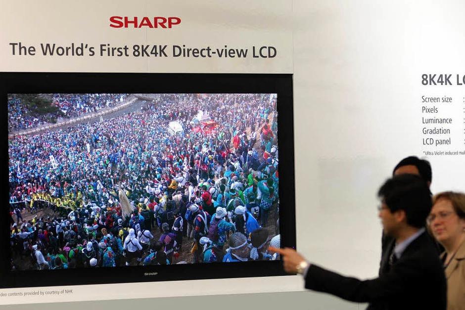 Flachbildfernseher von Sharp: Das Gerät hat eine Auflösung von 33 Megapixel und eine Bildschirmdiagonale von zwei Metern. (Foto: dpa)