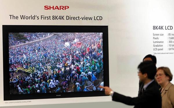 Flachbildfernseher von Sharp: Das Gerät hat eine Auflösung von 33 Megapixel und eine Bildschirmdiagonale von zwei Metern.