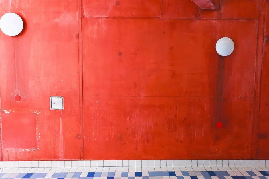 Die Wand des Rutschenturmes wird neu angestrichen. Nach Tausenden von Badegästen, die sich manchmal an der Wand entlangdrängeln, ist der Schmutz nicht zu übersehen. (Foto: Dominic Rock)