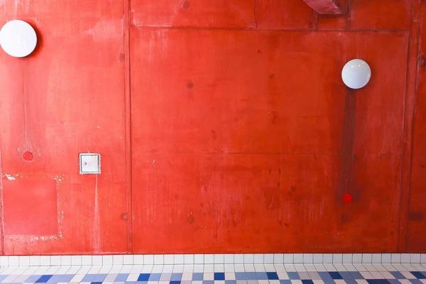 Die Wand des Rutschenturmes wird neu angestrichen. Nach Tausenden von Badegästen, die sich manchmal an der Wand entlangdrängeln, ist der Schmutz nicht zu übersehen.