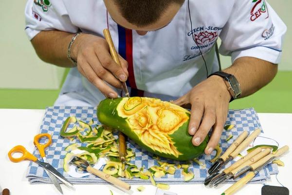 Gemüseschnitzer Ladislav Pakosta aus Tschechien bearbeitet eine Papaya