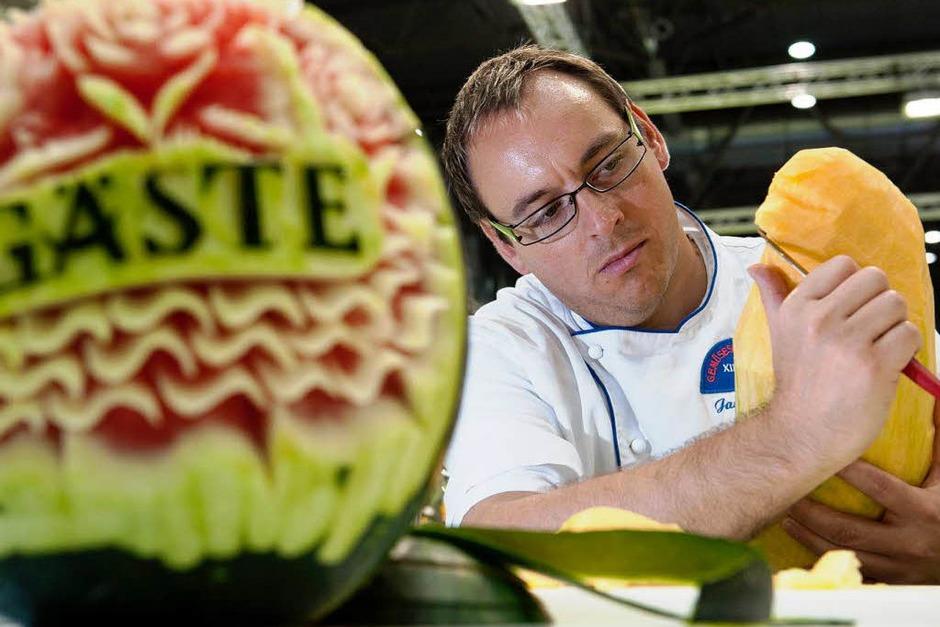 Gemüseschnitzer Jan Hofmann aus Deutschland bearbeitet einen Kürbis. (Foto: dapd)