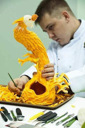 Der russische Gemüseschnitzer Vadim Nefedjev vollendet einen Adler