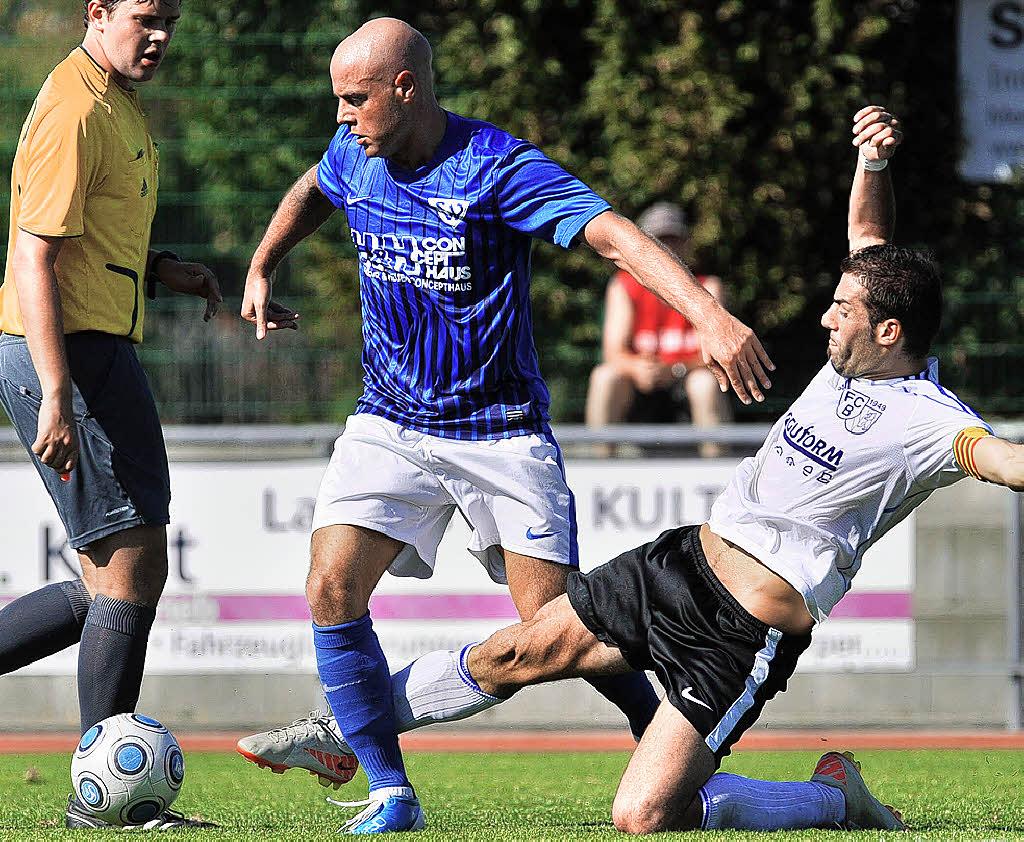 Fabio Bibbo unterschreibt beim SV Weil (Foto: Badische Zeitung)