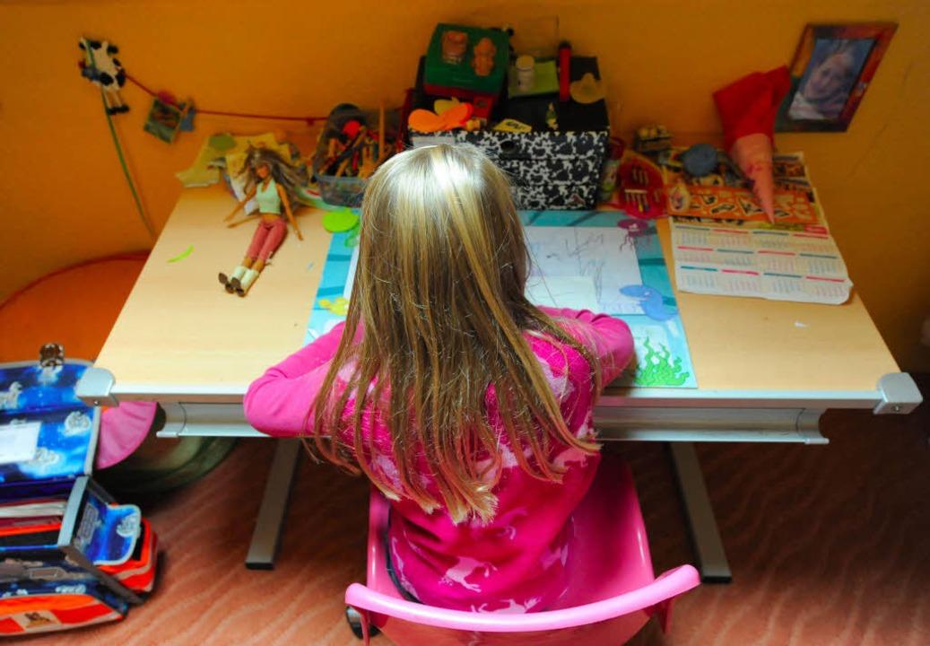 Ohne die leiblichen Eltern aufwachsen ...8211; eine Pflegefamilie kann helfen.     Foto: dpa/privat