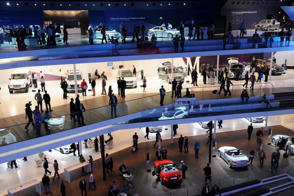 Autos auf drei Ebenen präsentiert Mercedes. (Foto: dpa)