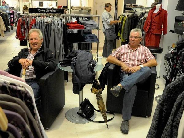 Nur die Ruhe bewahren - typische Szene aus der Frauenabteilung eines Kleidergesch�fts