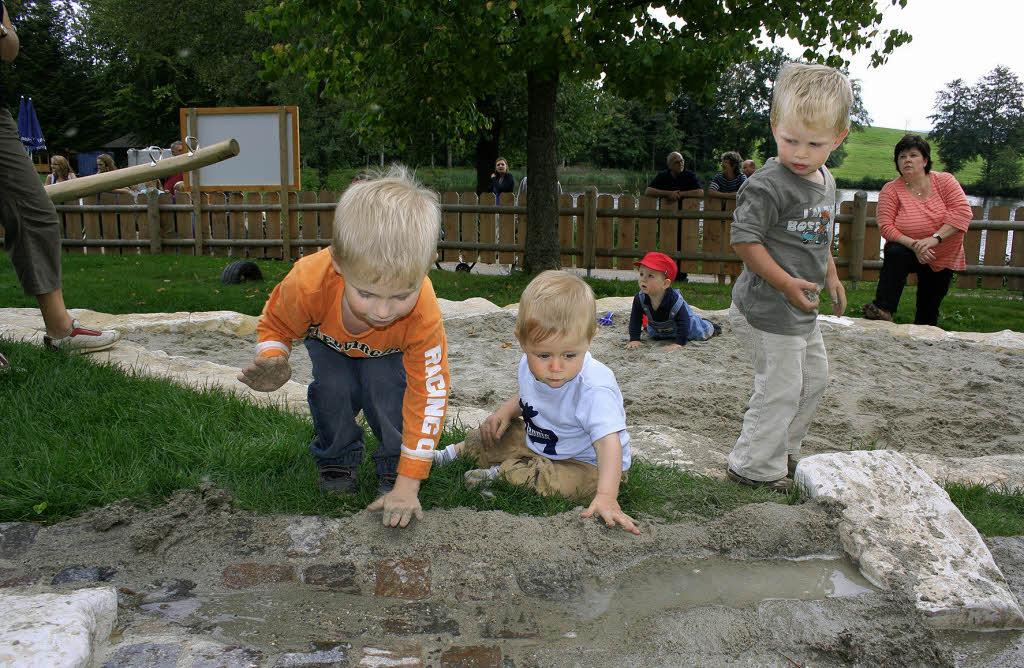 Kinder auf dem neuen Spielplatz