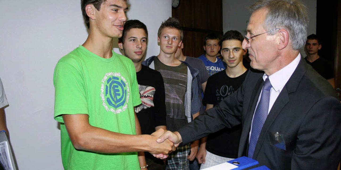 Der Denzlinger Schulleiter Bernhard Lä...mit den Unterlagen an Rick Egetemaier.    Foto: mrs