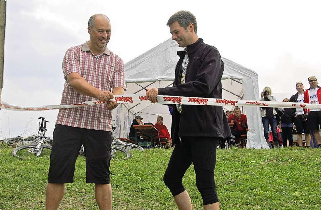 "Wolfgang Dornfeld und Bürgermeister Ch...lowTrailWutach"" offiziell frei.   | Foto: Kühnemund"