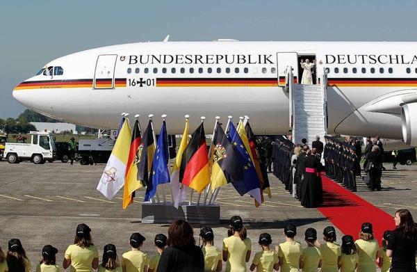 Ankunft in Lahr: Der Papst landet auf dem Flugplatz und wird von Ministerpräsident Kretschmann und anderen Ehrengästen begrüßt.