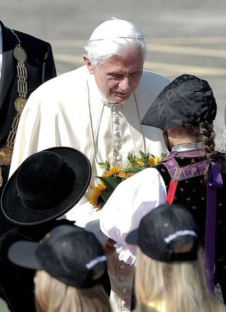 Ankunft in Lahr: Der Papst landet auf dem Flugplatz und wird von Ministerpr�sident Kretschmann und anderen Ehreng�sten begr��t.